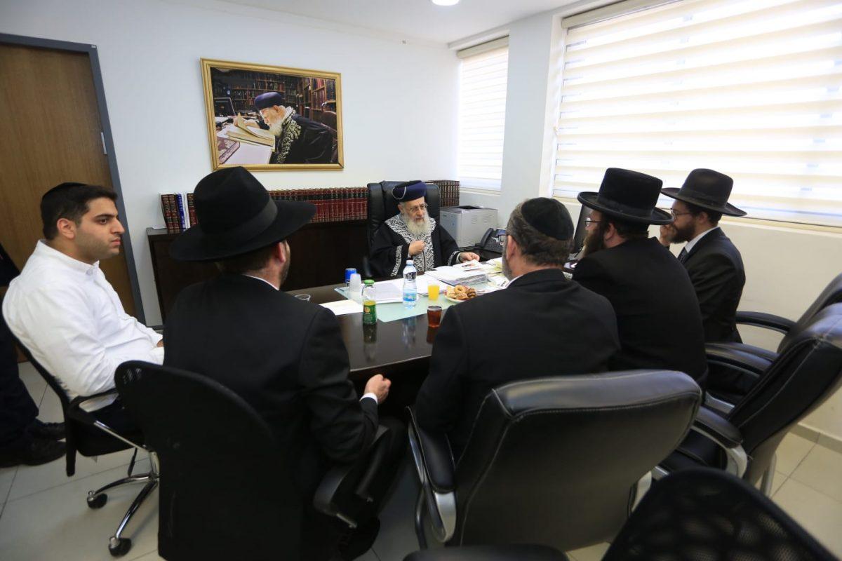 """הראשל""""צ הרב יצחק יוסף משוחח עם אנשי ארגון אחריות"""
