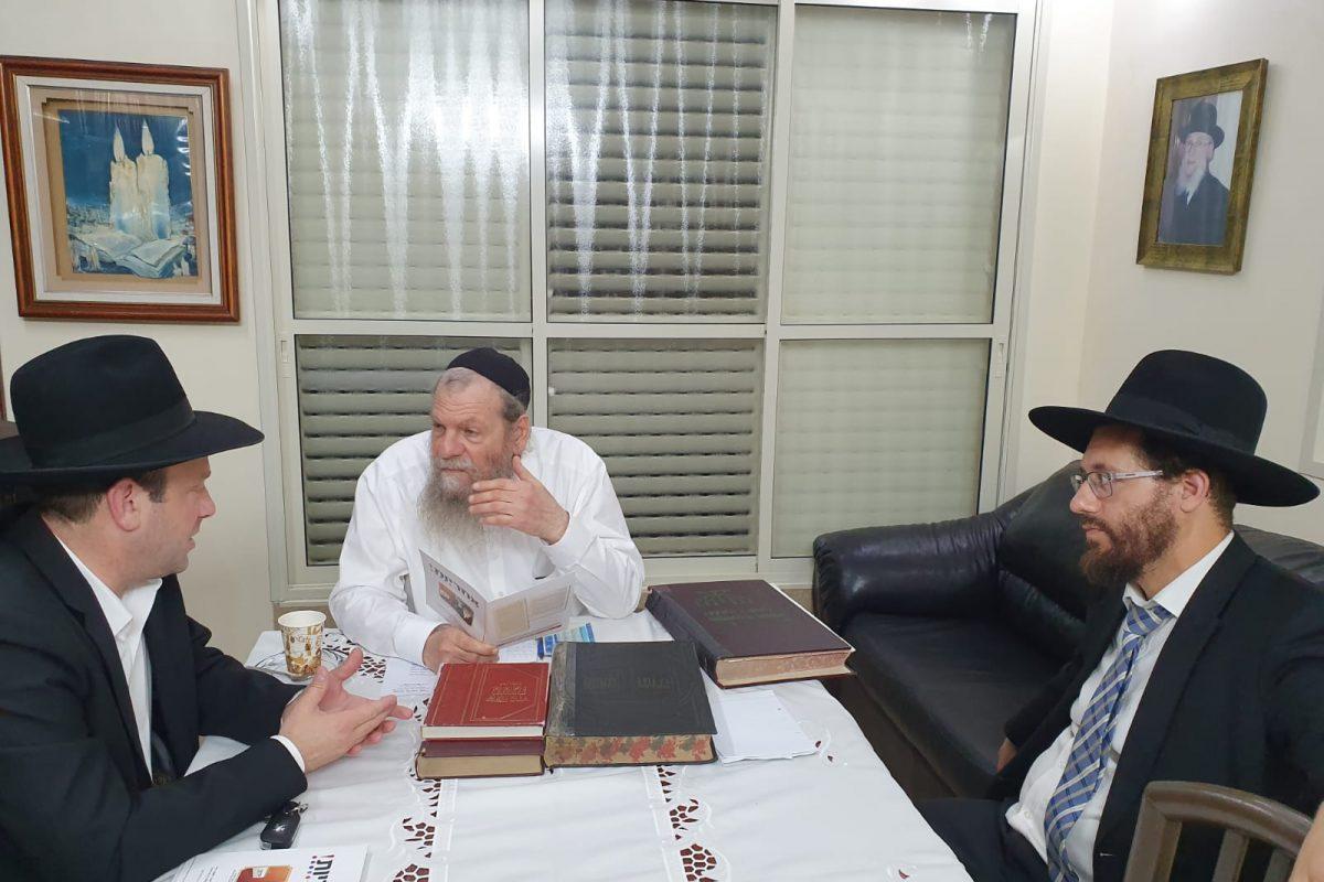הרב אדלשטיין משוחח עם מזכיר עמותת אחריות