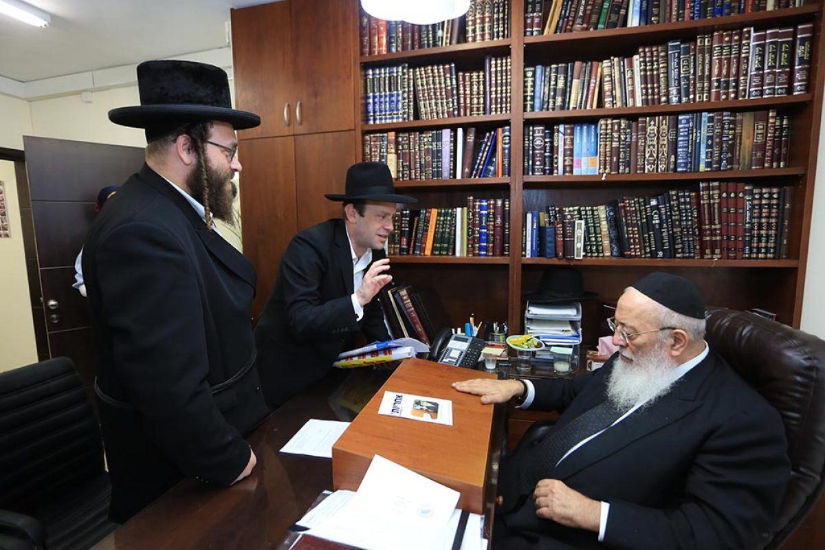 צוות עמותת אחריות בשיחה עם הרב עמאר