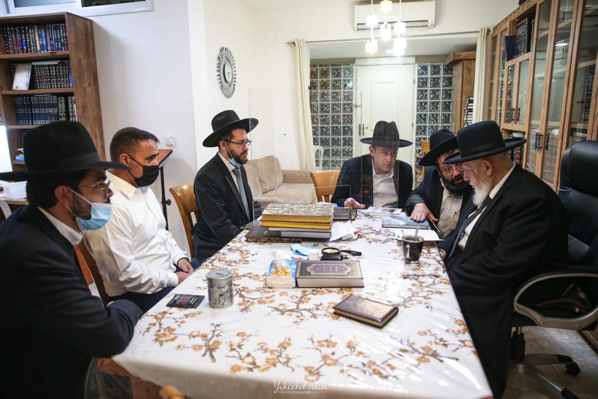 צוות עמותת אחריות אצל הרב שלום כהן