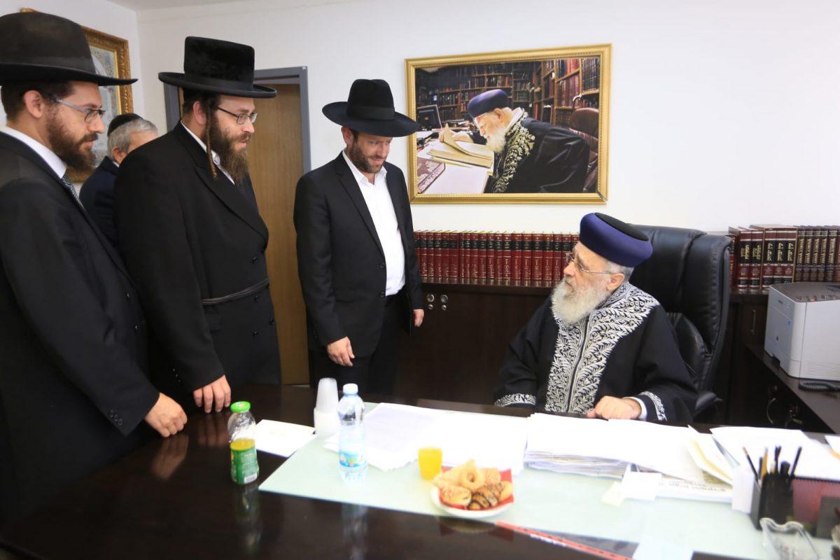 הרב יצחק יוסף מברך את עמותת אחריות